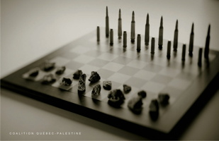 Photo conceptuelle de qualité : un jeu d'échec.  D'un côté les pièces sont des balles de fusil.  De l'autre, elles sont des petits cailloux. - Coalition Québec-Palestine.